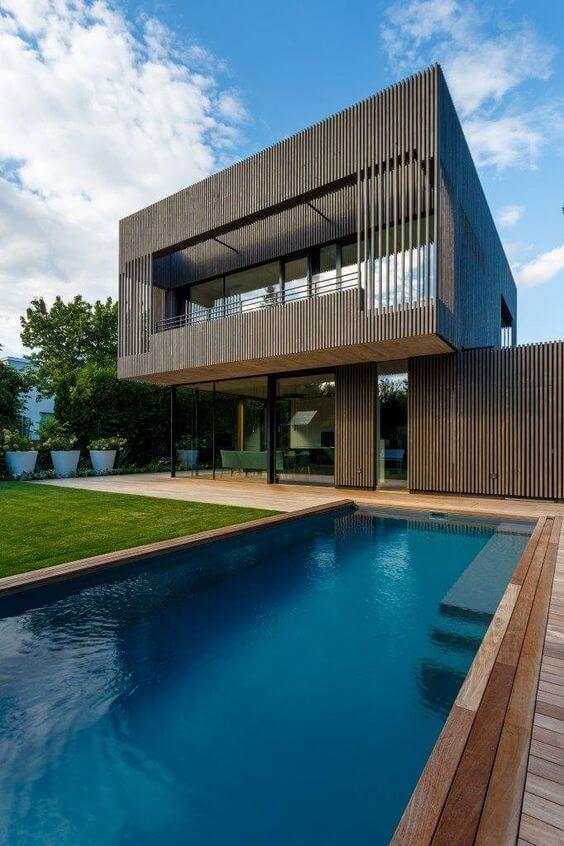 Fachadas modernas com piscina e revestimento de madeira