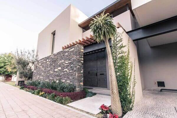 Fachadas modernas com plantas na entrada