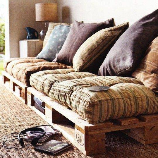 Sofá de palete com várias almofadas