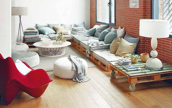 Sofá de Palete com mesa de apoio do mesmo material
