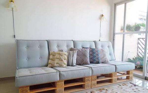sofá de palete com futton azul claro