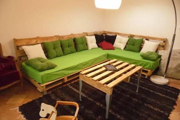 Sofá de palete em L com colchões