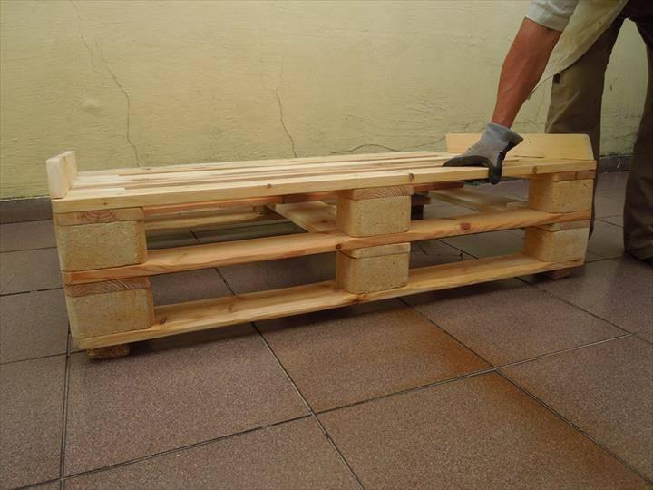 Sofá de palete com peças laterais para segurar as almofadas