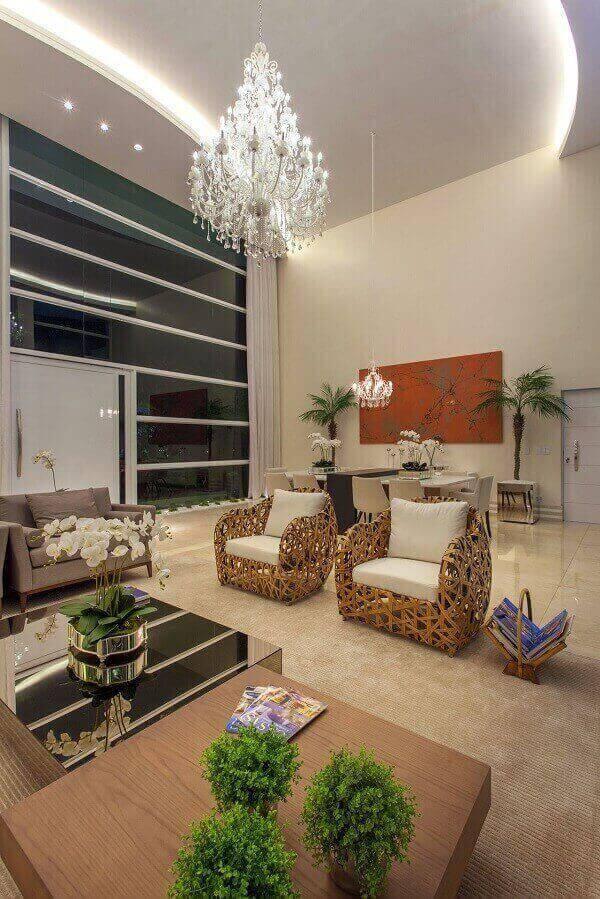 Lustre para sala com cristais em decoração rústica