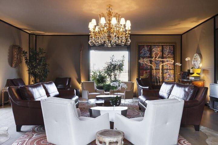 Lustres para sala luxuoso sobre ambiente sóbrio Projeto de Moreira do Valle