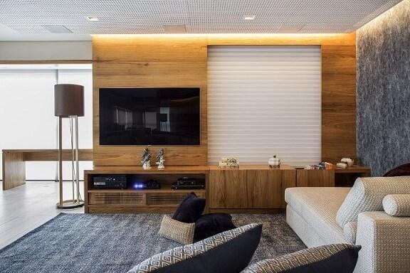 Painel para sala de madeira em sala discreta Projeto de Helena Koki
