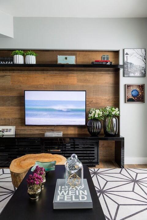 Painel para sala de madeira rústica clara Projeto de Studio Novak