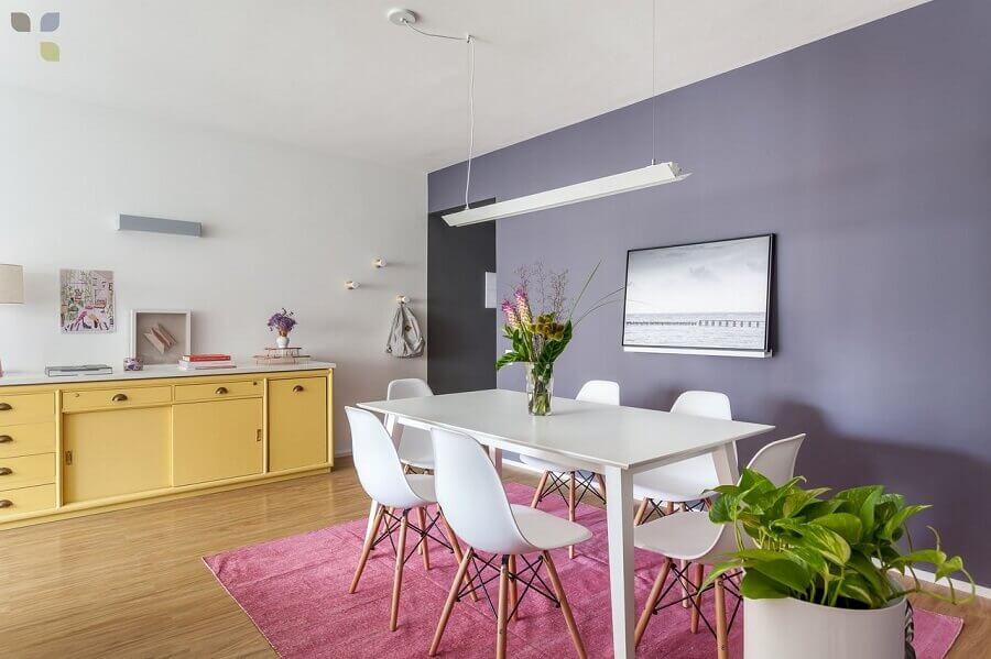 Decoração com buffet para sala de jantar coloridoem sala com toques de cor