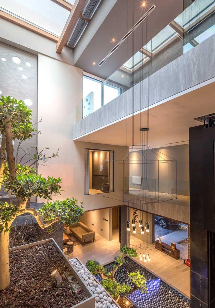 Casa moderna com jardim de inverno na sala