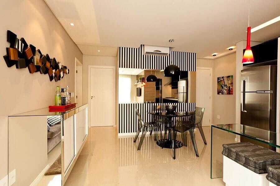 decoração com buffet sala de jantar com papel de parede listrado