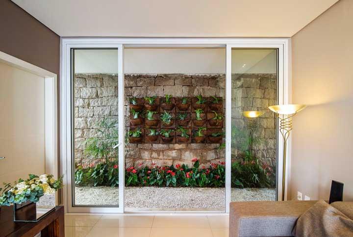 Jardim de inverno na sala com plantas e flores