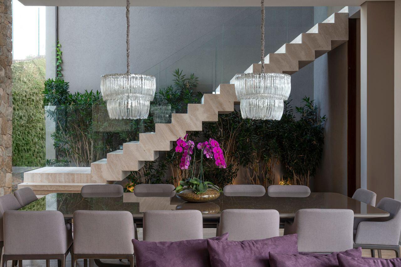 Jardim de inverno na sala de jantar moderna