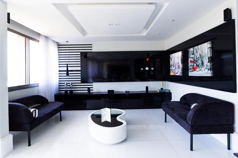 Painel para sala preto em sala preto e branco Projeto de Elaine Fonseca