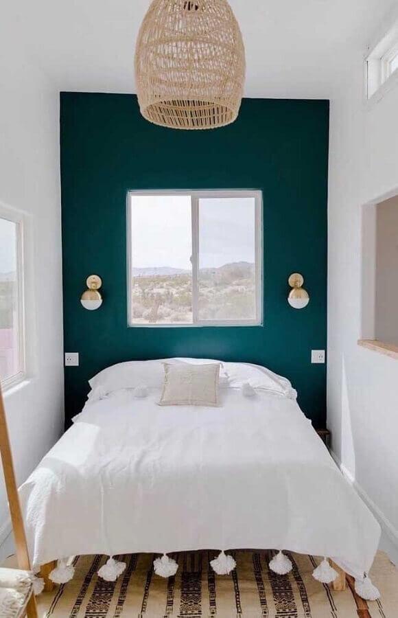 quarto de casal pequeno decorado com parte de verde escuro e abajur de parede  Foto Architecture Art Designs