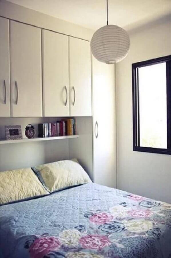 quarto de casal pequeno e simples planejado com guarda roupa na cabeceira  Foto Pinterest