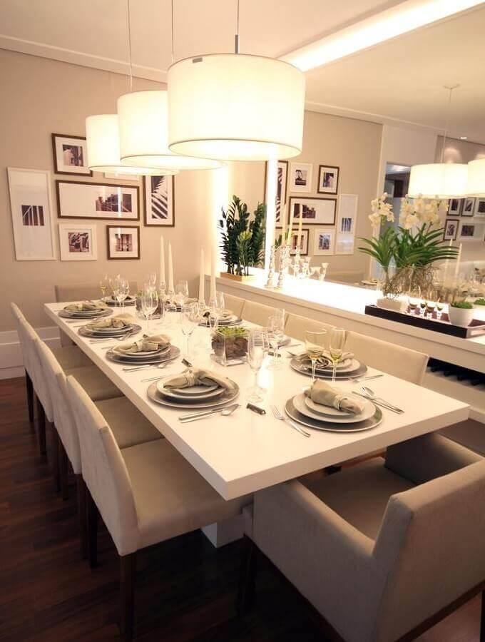 sala de jantar branca e sofisticada com buffet