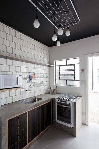 Cozinha compacta estilo escandinavo com bancada de cimentício e teto e armários escuros Projeto de Felipe Hess