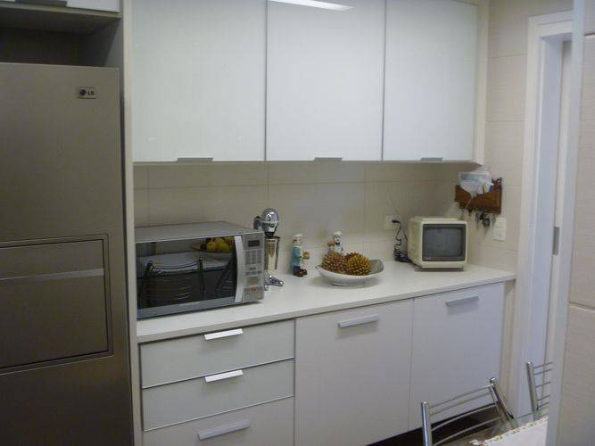 Cozinha compacta planejada com armários brancos Projeto de Ana Laura Wolcov