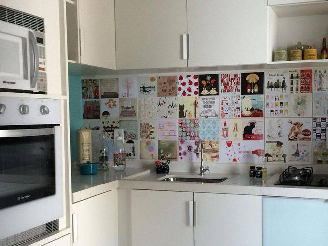Os adesivos nos azulejos desta cozinha compacta deixou o ambiente mais divertido Projeto de Tati tanese