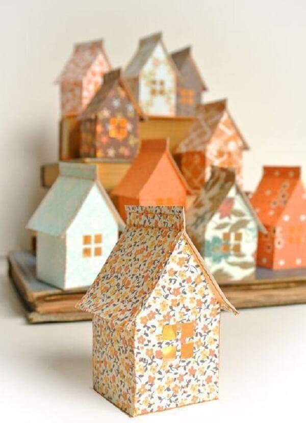 Forme lindos casinhas de artesanato com caixa de leite
