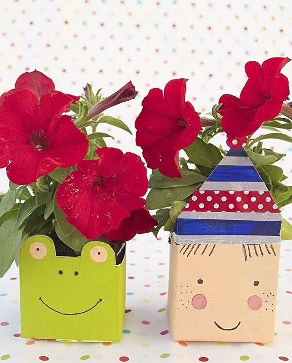 Artesanato com caixa de leite servem como vasos