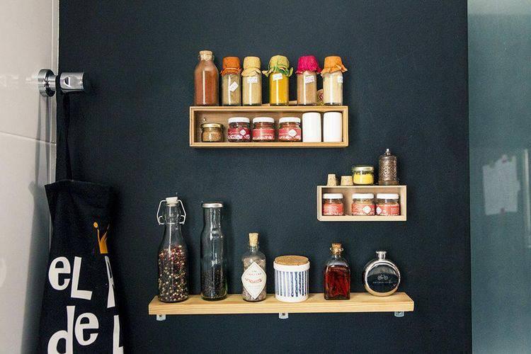 Cozinha compacta com nichos e prateleira Projeto de Casa Aberta