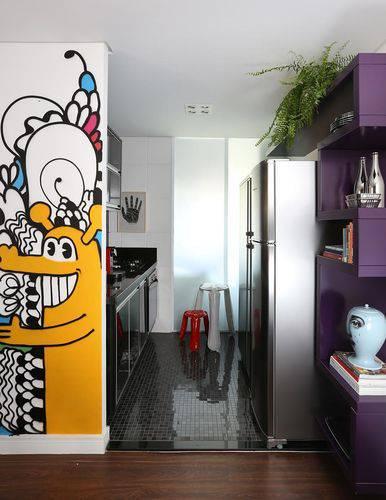 Cozinha compacta com revestimento do piso espelhado Projeto de Abreu Borges
