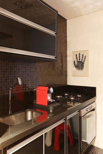 Cozinha compacta em cores escuras Projeto de Abreu Borges