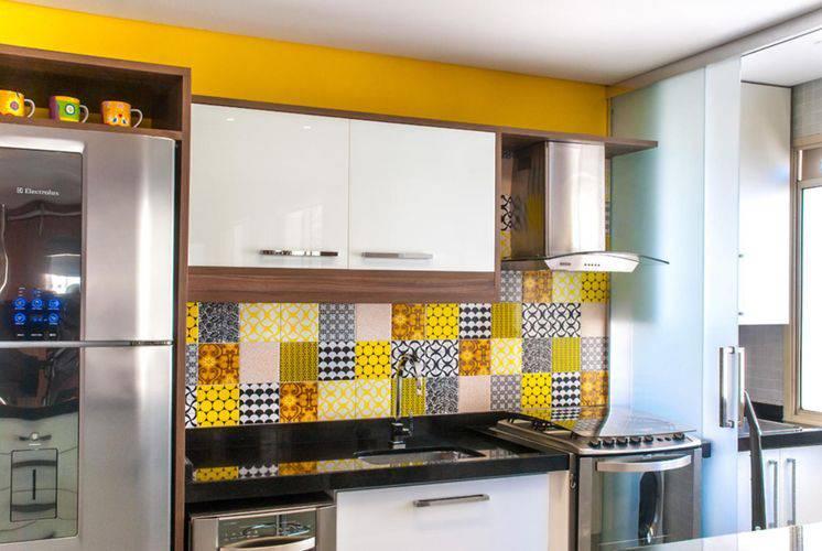 Cozinha compacta com ladrilhos amarelos Projeto de Milena Aguiar