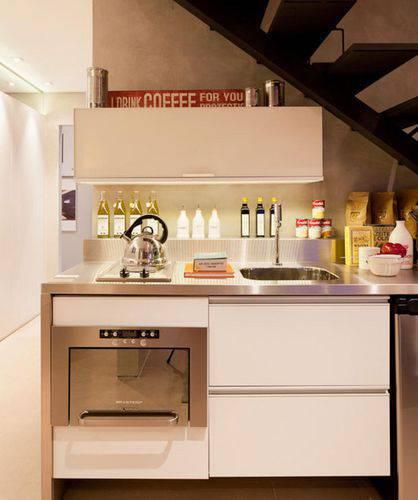 Cozinha compacta embaixo da escada Projeto de Basiches Arquitetos