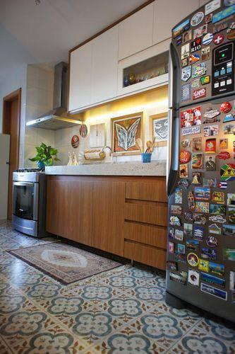 Cozinha compacta com iluminação na bancada Projeto de Estúdio Ferdi