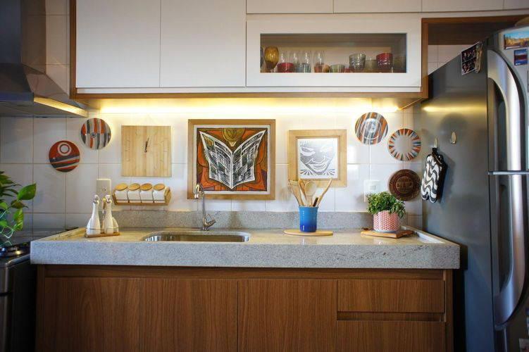 Cozinha compacta com iluminação acima da pia Projeto de Estúdio Ferdi