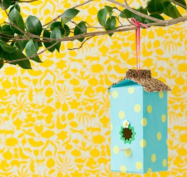 Artesanato com caixa de leite forma uma linda casa de passarinho