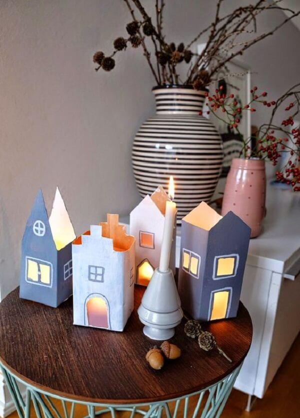 Artesanato com caixa de leite imitam casas e servem de suporte para velas