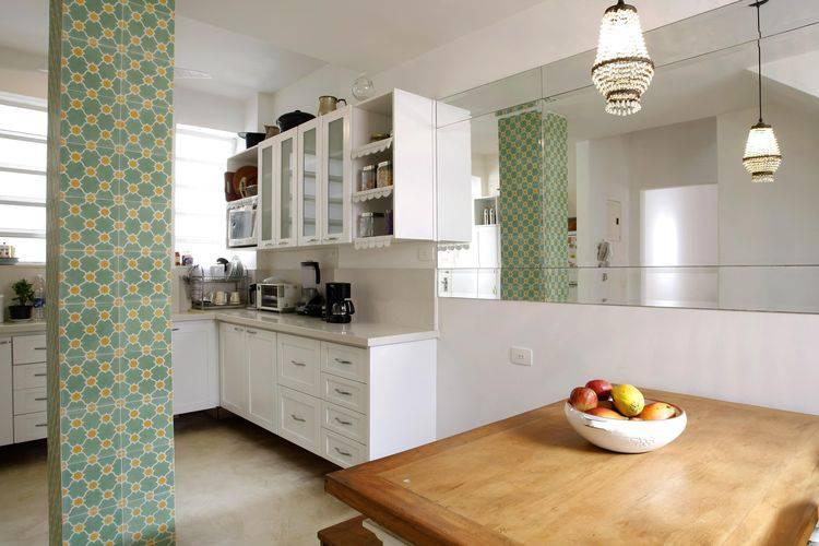 Cozinha compacta com uso de espelho Projeto de Simone Collet