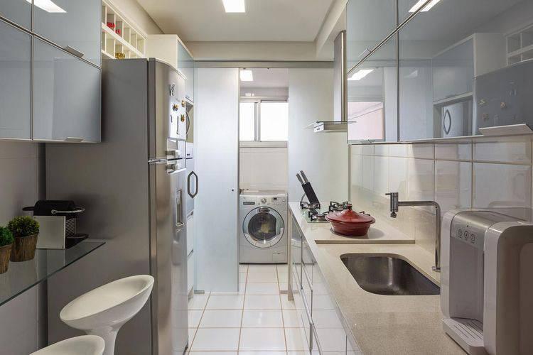 Cozinha compacta com decoração clean Projeto de Karla Amaral Madrilis
