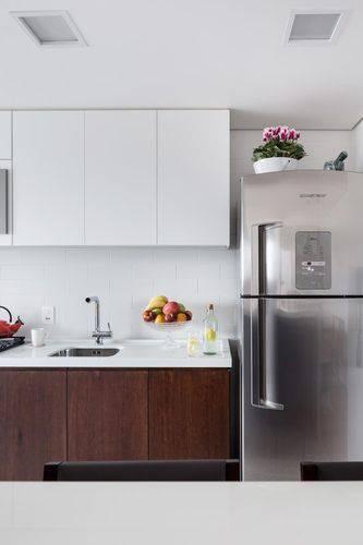 Cozinha compacta com decoração neutra Projeto de 0 e 1 Arquitetos