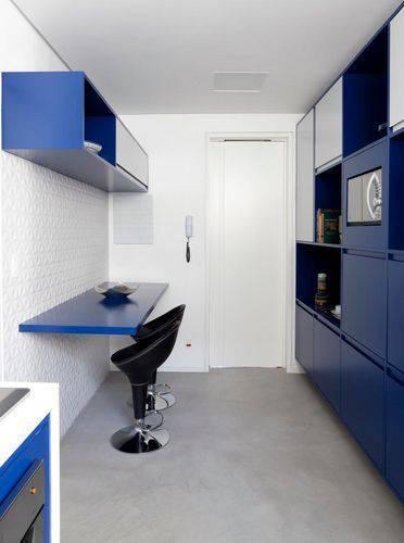 Cozinha compacta com balcão e banquetas Projeto de Tria Arquitetura
