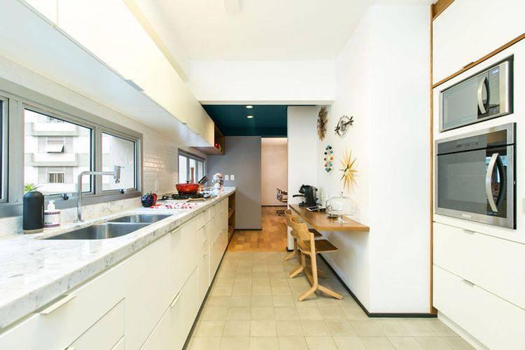 Cozinha compacta estilo corredor com a cor branca predominante Projeto de DT Estúdio
