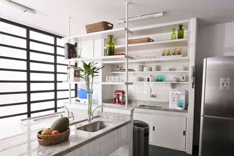 Cozinha compacta com armários abertos Projeto de Antônio Ferreira Júnior e Mário Celso Bernardes