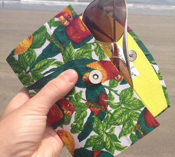 Artesanato com caixa de leite forma uma bolsa para guardar óculos