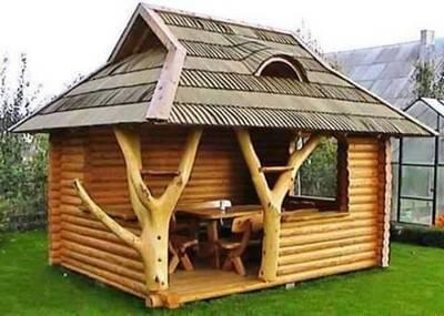 Casa de madeira com troncos de arvore