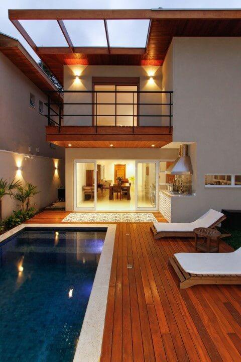Casa moderna com pergolado de madeira em parte do telhado Projeto de Otoni Arquitetura