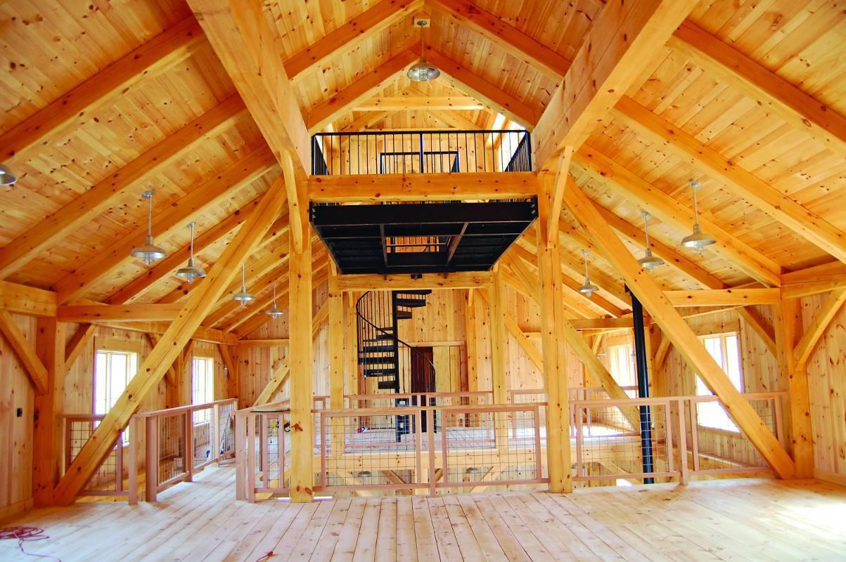 Casas de madeira no interior sem mobilia