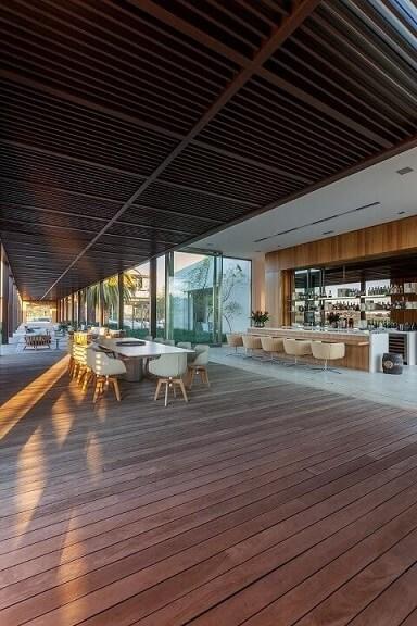 Deck amplo com pergolado de madeira Projeto de Roberto Migotto