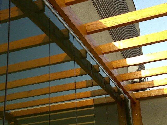 Detalhe de pergolado de madeira sem cobertura para entrada de luz Projeto de Leonardo Mantovani