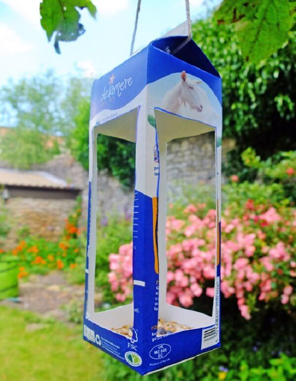 A caixa de leite serve de suporte para alpiste