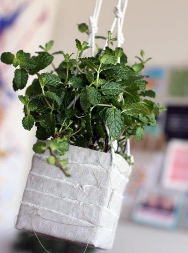 O artesanato com caixa de leite forma um charmoso vaso