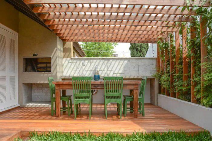 Pergolado de madeira combinando com o piso e a mesa Foto de Haus Best