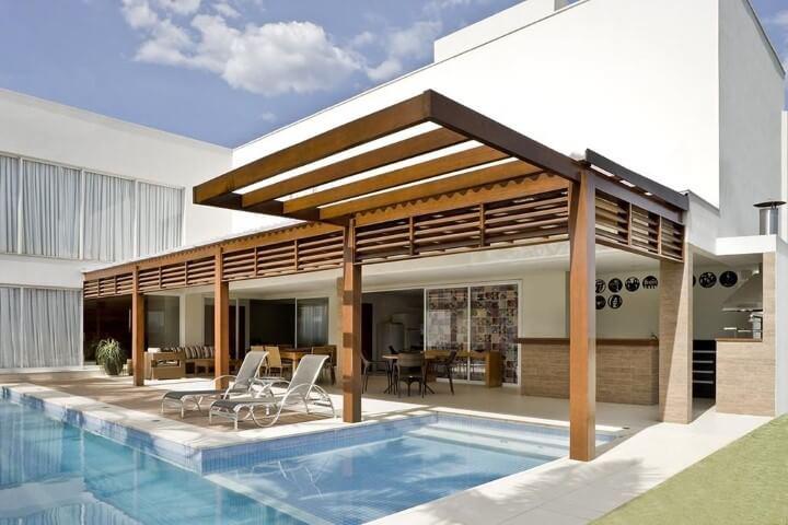 Pergolado de madeira na entrada da piscina Projeto de DG Arquitetura